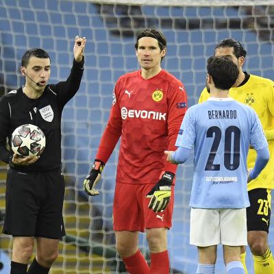 Huvuddomaren i fokus i CL-kvarten mellan Manchester City och Dortmund.