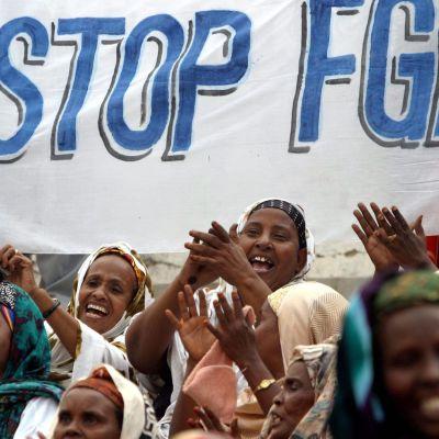 En demonstration mot kvinnlig könsstympning i Somalias huvudstad Mogadishu i mars 2004.