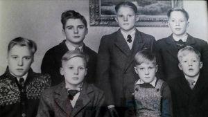gammalt familjeporträtt på sju bröder i familjen Grönqvist i Borgå som försvann med skeppet Irma 1968.