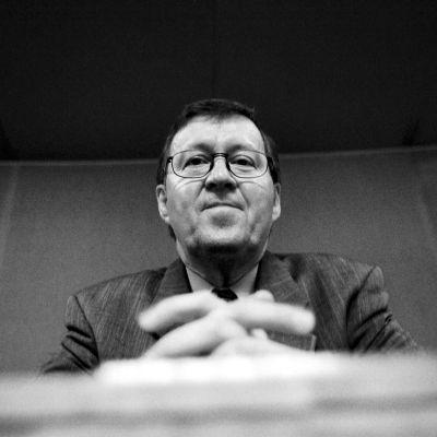Europarlamentaarikko Pertti Paasio seurasi täysistuntoa eduskunnan lehteriltä huhtikuussa 1999.