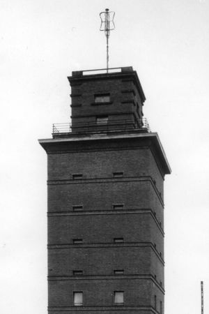 Ett torn med en mast i toppen.