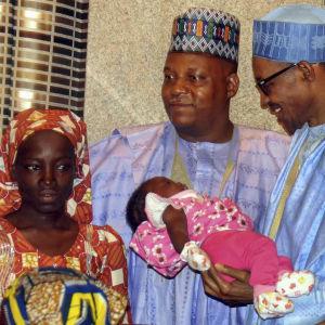 Amina Ali Nkeki är en av de kidnappade flickor som har räddats. Hon hittades i maj i år tillsammans med sitt barn i en skog vid gränsen mellan Nigeria och Kamerun. Här träffar hon president Muhammadu Buhari (längst till höger)