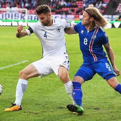 Joona Toivio i kamp om bollen med Birkir Bjarnarson.