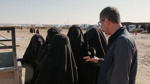 Antti Kuronen intervjuar fem kvinnor i heltäckande svarta burkhan.