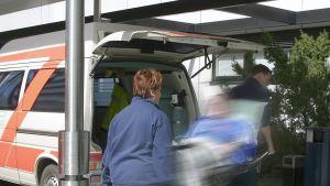 Ambulanspersonal vid ett sjukhus