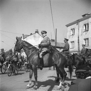Kannaksen suuret sotaharjoitukset päättyivät 20 000 miehen paraatiin Viipurissa elokuussa 1939. Ylipäällikkö Carl Gustav Mannerheim ratsailla (Käthy-hevonen) tarkastamassa paraatijoukkoja.