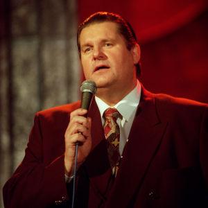 Matti Siitonen laulamassa ohjelmassa Neljän tuulen tiellä.