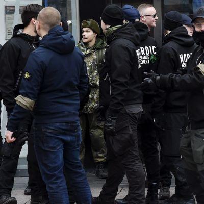 Nazister i Tammerfors. I mitten en man klädd i Försvarsmaktens uniform.