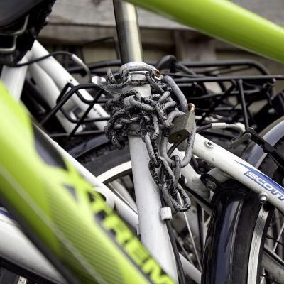 En rad med cyklar och ett stort cykellås.