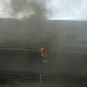 Eld och rök i Tammerfors efter att en järnvägsbro fattade eld på måndag kväll.