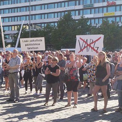 Susimielenosoituksen osallistujia Vaasan torilla 11. kesäkuuta 2018