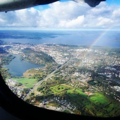Tampereen keskusta lentokoneen ikkunasta kuvattuna
