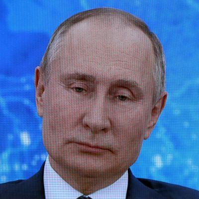 Vladimir Putinin lähikuva näytöllä.