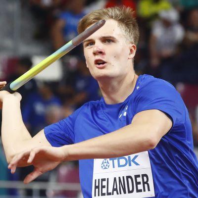 Oliver Helander heittämässä kilpaa lokakuussa 2019 Dohan MM-karsinnassa. Tiistaina hän kilpailee ensi kertaa tällä vuosikymmenellä.