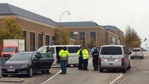 Polis utanför bombhotade köpcentret Ro's Torv i Roskilde.