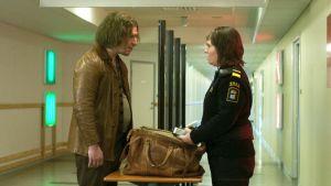 Tina (Eva Melander) och Vore (Eero Milonoff) står mittemot varandra vid tullstationen.