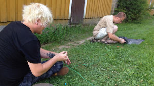 Testaajat Antti Kanes ja Mika Papunen virittelevät ohjauslankaa paikoilleen.