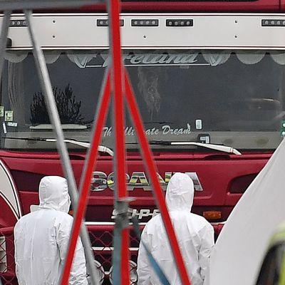 Långtradare undersöks efter att 39 kroppar hittats inne i den
