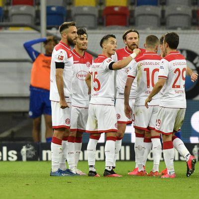 Düsseldorfin pelaajat juhlivat maalia.