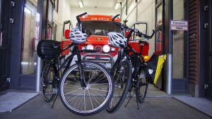 Förstavårdare använder cyklar i Åbo.