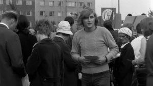 Pertti Melasniemi jakaa lentolehtisiä mielenosoituksessa elokuvassa Kesyttömät veljekset.