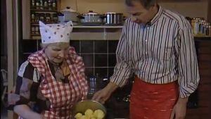 Jaakko Kolmonen ja Irja Ojala esittelevät perunakattilaa