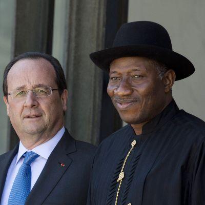 Frankrikes president François Hollande och Nigerias president Goodluck Jonathan möttes i Paris den 17 maj 2014 för att diskutera terrororganisationen Boko Haram.