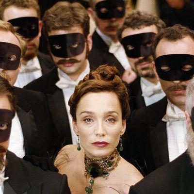 Kuvassa keskellä Joséphine (Kristin Scott Thomas).