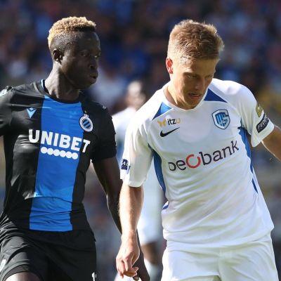 Club Brugges Krepin Diatta och Genks Jere Uronen i en duell.