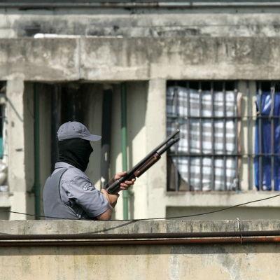 Fängelsevakt utanför ett brasilianskt fängelse.