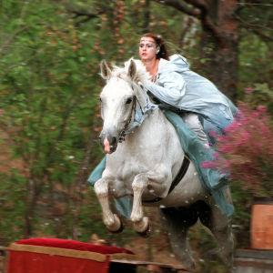 Haltija (Anna Jenssen) hevosen selässä tuomassa tietoa Hallitsijasta.