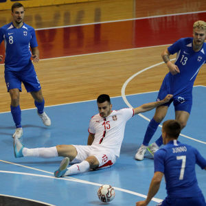 Finländska spelare och serbiska spelare i en kvalmatch.