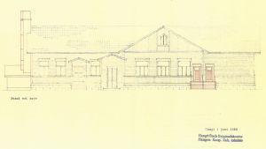 En äldre ritning över en fasad på ett större trähus. Ritningen är daterad i juni 1956.