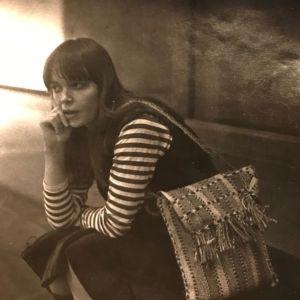 Kirjailija Kati Tervo nuorena yliopisto-opiskelijana istumassa käsi poskella portaalla.