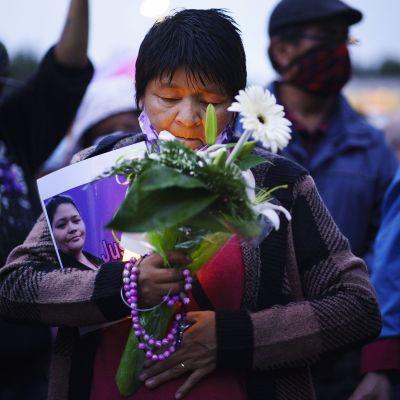 Kuvassa on käynnissä hiljainen mielenosoitus.