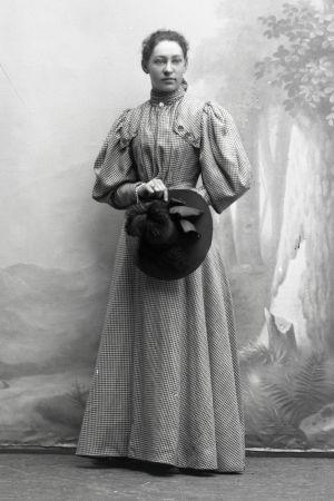 Neiti Maria Kopjeff (myöh. Maj Lind) 20-vuotiaana kihlattuna elokuussa 1896 Kuopiossa Victor Barsokevitschin valokuvaamossa.