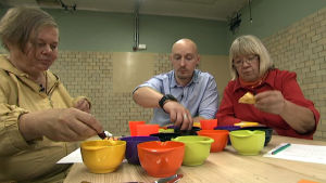 Joonas Kosonen, Mari Saloheimo ja Marja-Leena Siira maistelivat juureslastuja myös dippikastikkeen kanssa.