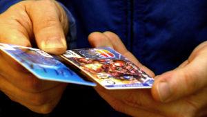 Luottokortit kädessä