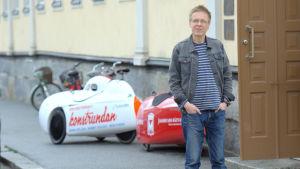 Björn Forsberg vid After Eight i Jakobstad. I bakgrunden två velomobiler.
