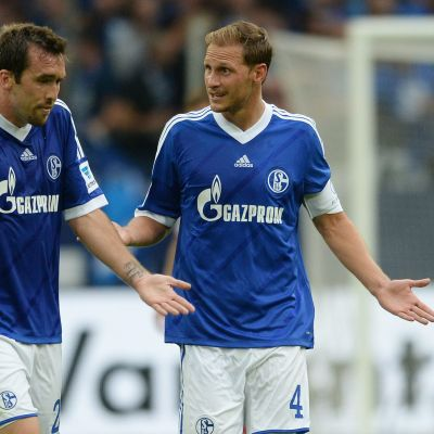Schalken Benedikt Höwedes ja Christian Fuchs ihmeissään.