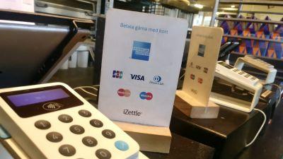 Skylt som ber om kortbetalning.