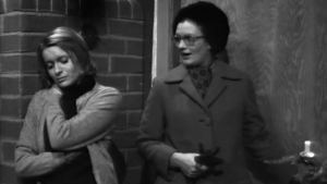 Rintamäkeläiset-sarjan Sirkka-Liisa Halonen (Marjukka Halonen) ja Tuovi Uitto (Marja-Sisko Aimonen) 1972