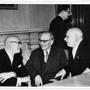Kekkonen i samspråk med författaren Fridebert Tuglas på Sovjetestlands vetenskapsakademi. Till höger akademins president Johan Eichfeld