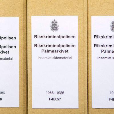 Arkistokansioita Olof Palme murhatutkimukseen liittyen poliisin tiloissa Tukholmassa.