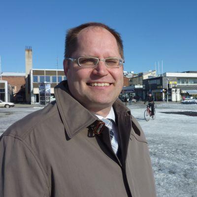 Iisalmen kaupunginjohtaja Jarmo Ronkainen torin kupeella.