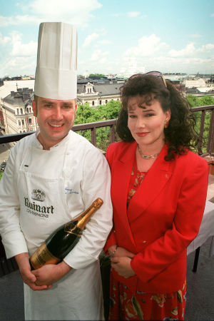 Keittiömestari Jaakko Nuutila ja toimittaja Sini Sovijärvi Ylen Ikkunoita Eurooppaan -sarjan kuvauksissa Savoyn terassilla 1999.