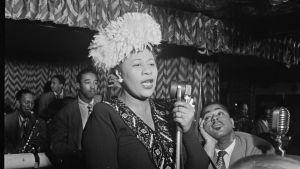 Ella Fitzgerald står i en jazzklubb och sjunger