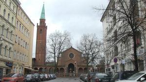 Gatuvy med kyrkan St. Johannis i Berlin.