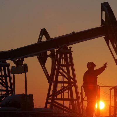 Yuganskneftegazin öljyjalostamo Nefteyuganskin kaupungin ulkopuolella Venäjällä. Kuva on joulukuulta 2004.