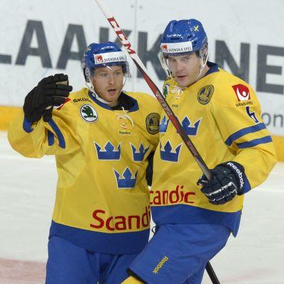 Linus Klasen firar med Patrik Hersley efter 1-0 i Helsingfors.